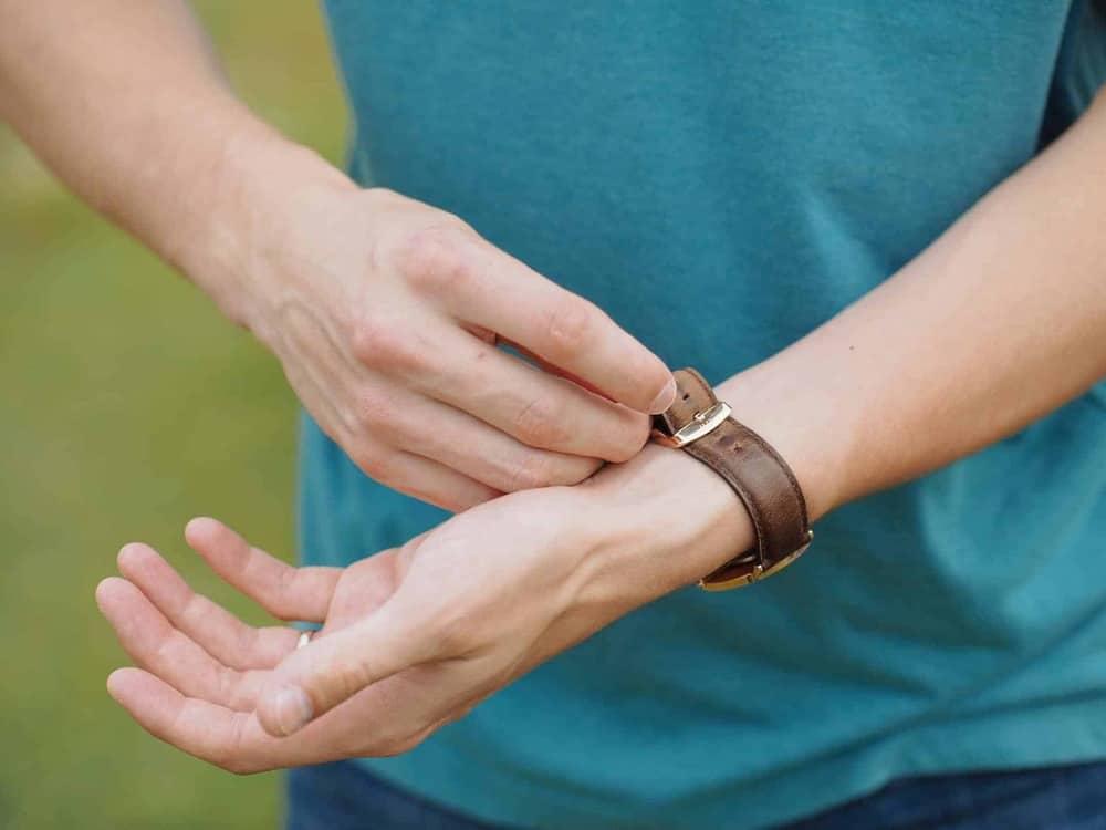 hướng dẫn cách đeo đồng hồ DW dây da