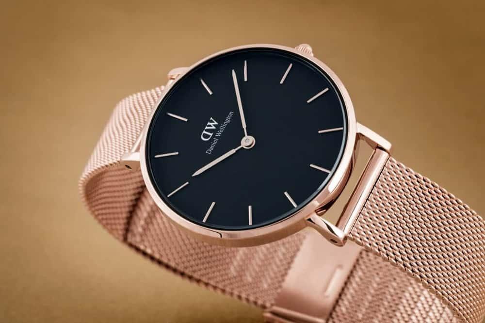 Hướng dẫn cách đeo đồng hồ DW dây kim loại