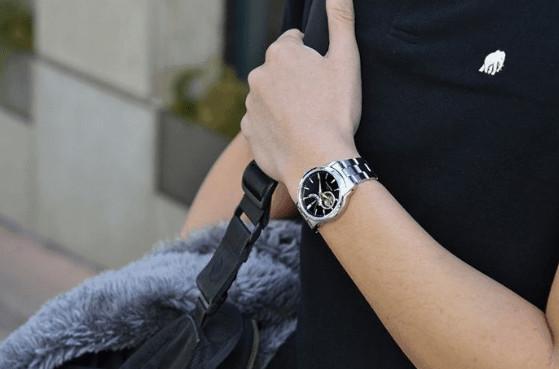 con trai đeo đồng hồ tay nào