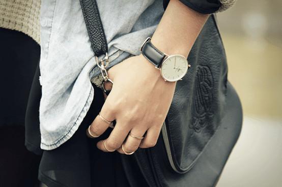 con trai đeo đồng hồ